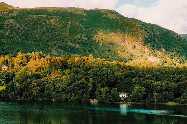 グラスミア湖のほとりの小さな村。季節によってもさまざまに表情を変える美しい地