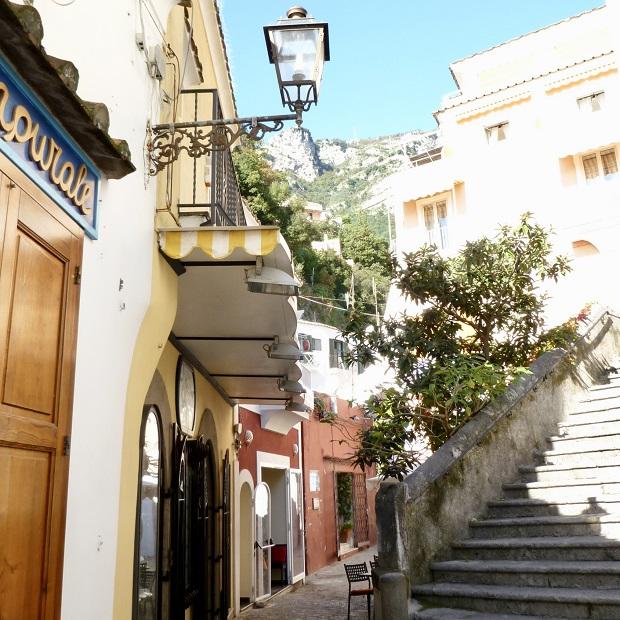 細い路地や階段も絵になるしゃれたアマルフィの街並み