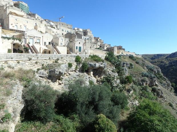 マテーラ・グラヴィーナ渓谷の上部に広がる洞窟住居の町並み。石灰質の白さが青空に映えて美しい