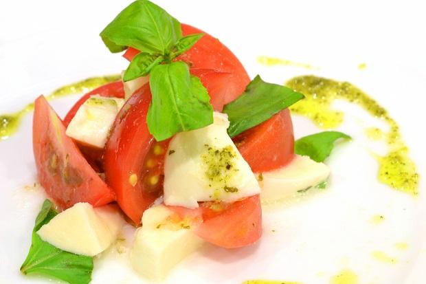トマト、モッツァレッラチーズ、バジリコを使ったナポリ発祥の「カプレーゼ」