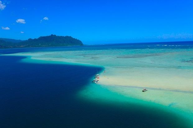 潮の満ち引きによって水位が常に変化するサンドバーは、ヒーリングスポットとしても有名なハワイの名所
