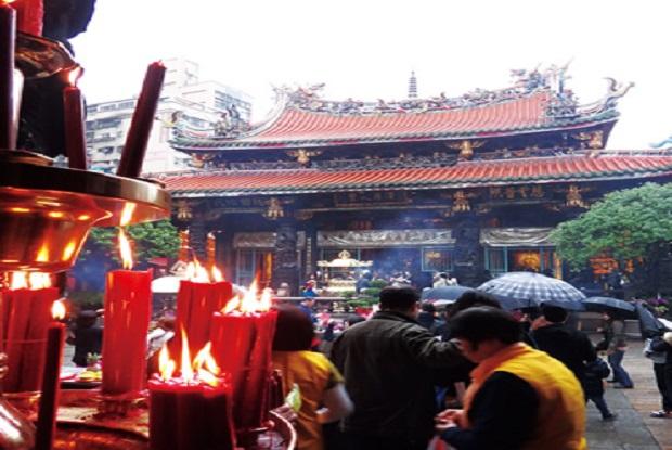 台北「龍山寺」。恋愛成就を願う女子旅観光客で賑わうことも