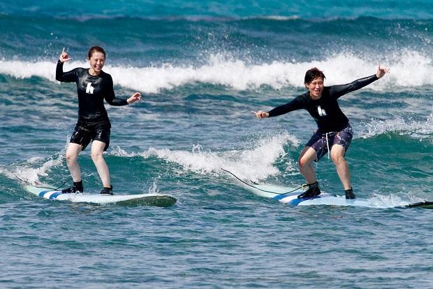 波の穏やかなスポットでのサーフィンレッスンで、まったくのサーフィン初心者でも9割以上の人が波に乗れると評判