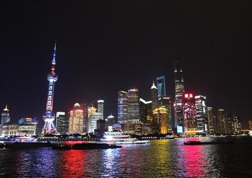 観光客に大人気!上海一とも言われる「外灘(ワイタン)からの夜景」。輝く摩天楼にうっとり!