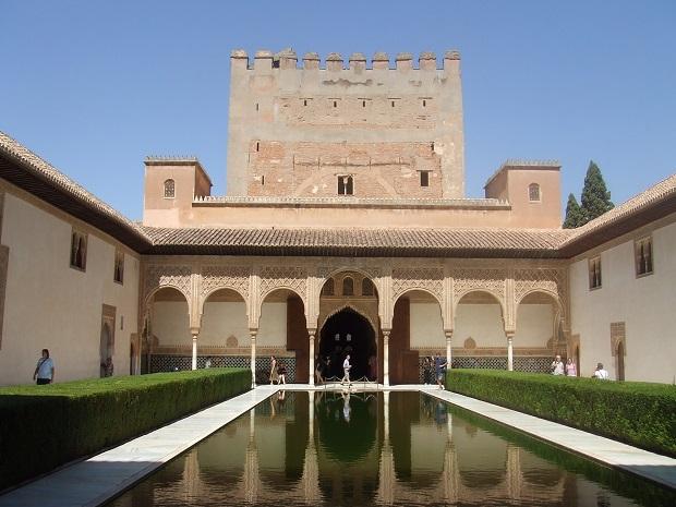 アルハンブラ宮殿内、ナスル朝宮殿の「コマレス宮」。大理石の白と緑樹のコントラスト、水面に映るアーチが美しい。