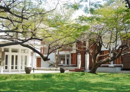 ソイ31店はコロニアルスタイルをイメージした白亜の邸宅。白い壁と豊かな緑がリゾート気分満点。
