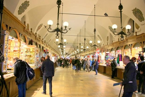 一年中買い物が楽しめる織物会館は、クラクフ観光のおみやげスポットとして知られている(写真提供:浅井みらのさん)