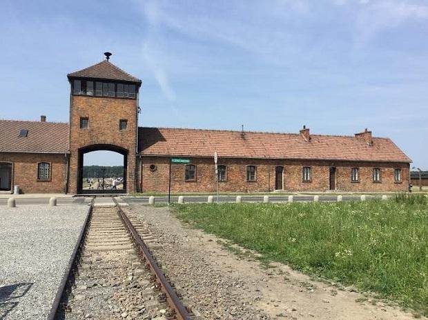 列車にユダヤ人を乗せ、そのまま収容所に運送したレール