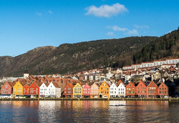 ノルウェーの港街ベルゲンを彩るカラフルな木造家屋群。まるでおとぎの国のような街並み