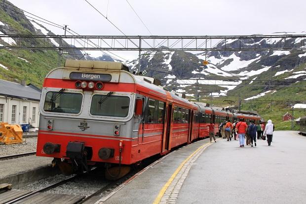 ベルゲンの駅に停車しているベルゲン急行。ノルウェーの大自然を眺めながらの列車の旅が満喫できる