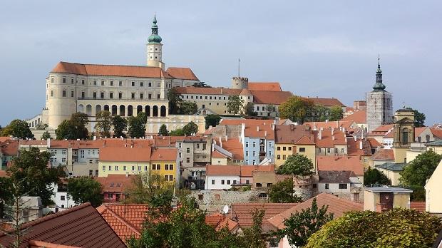 ミクロフの街の目印にもなっているミクロフ城。周辺にはカラフルな家々が連なっている
