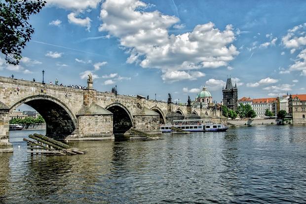 ヴルタヴァ川にかかるカレル橋は歩行者専用。聖人の像が特徴的。橋の両端にある塔は、かつては敵の侵入を防ぐ見張りの役目を担っていましたが、現在は街を見渡すビュースポットになっています