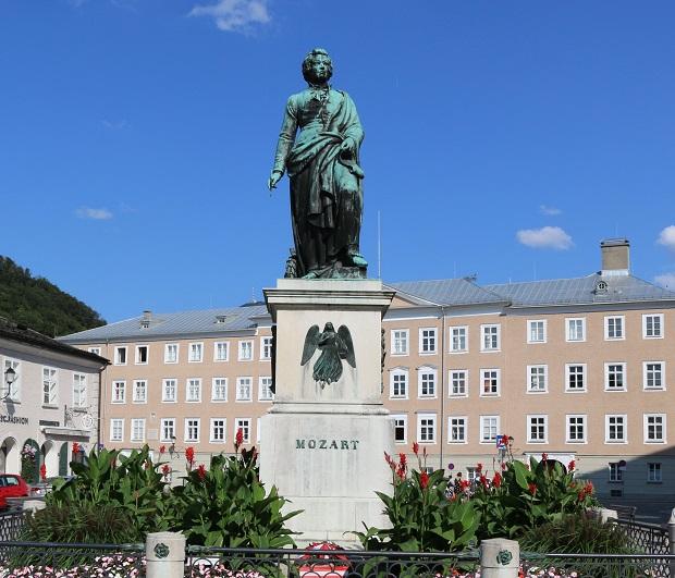 モーツァルト像はザルツブルクのシンボル。広場には大勢の旅行者が訪れる