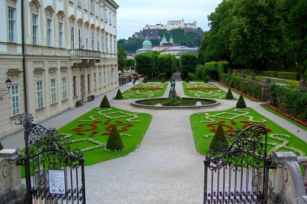 映画『ザ・サウンド・オブ・ミュージック』の舞台、ミラベル庭園。「ドレミの歌」を歌いながらマリアと子ども達が上がって来た「ドレミの階段」はこの手前