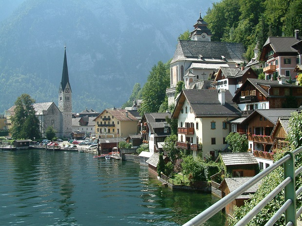 山を背に湖にせり出すように家が並ぶハルシュタットの街並み