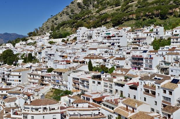 青い地中海と、濃い緑の山々の間に広がるミハスの村。家々の白さがより引き立てられている