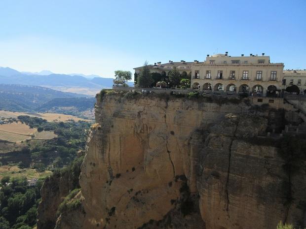 ロンダを象徴する景観のひとつ。王宮・城などを利用したスペインの国営ホテル「パラドール」も崖上に。抜群の眺望で観光客に大人気