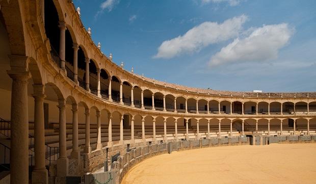 いかにもスペインといった趣のロンダの闘牛場。2階建ての客席はトスカーナ様式の柱が連なる美しいアーチが印象的。闘牛博物館も併設している