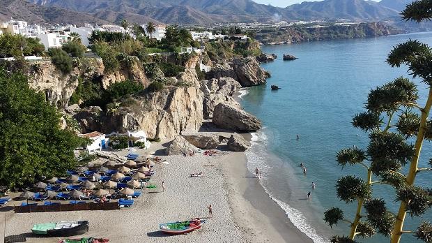 岩場に挟まれた小さなビーチがいくつも続き、夏はリゾート客でいっぱいになるネルハの海岸線