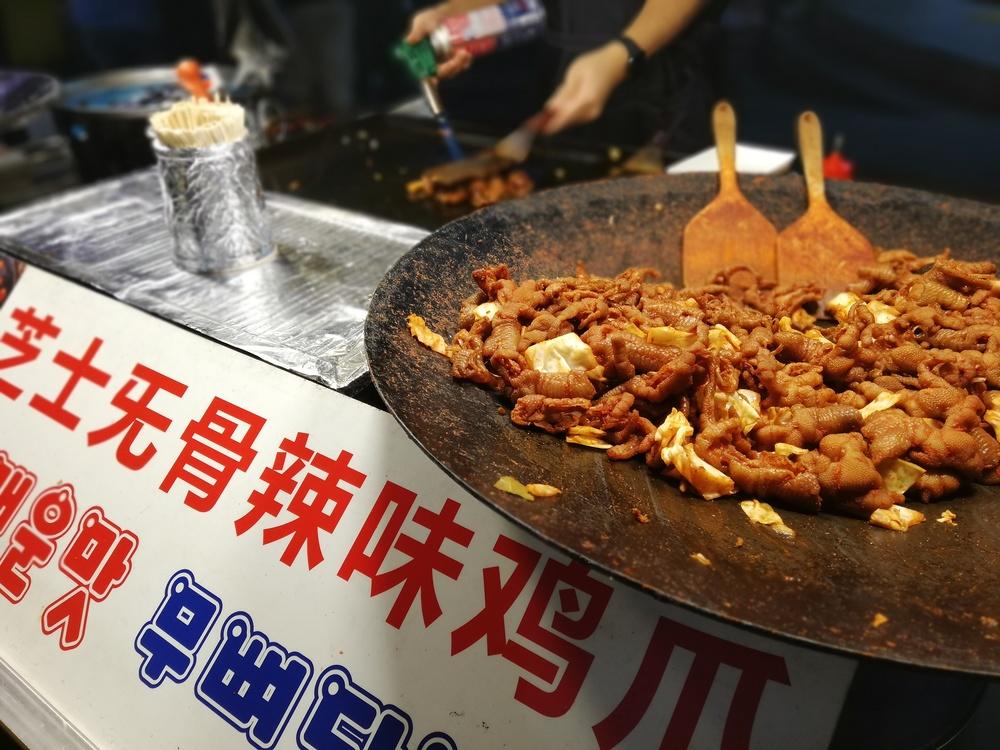 鶏の足を辛く炒めたもの。中国語も多く見かける。