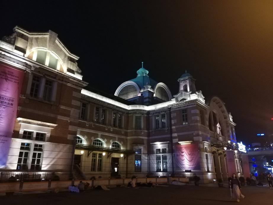 夜のソウル駅はライトアップされている