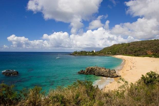 春から夏は穏やかな表情を見せる「ワイメア・ベイ・ビーチ」。岩場が天然の飛び込み台(画像提供:ハワイ州観光局)