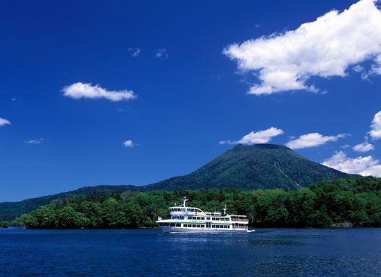 阿寒湖と遊覧船(イメージ)