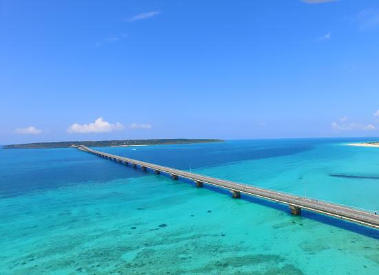 海の色が魅力的な来間大橋(イメージ)