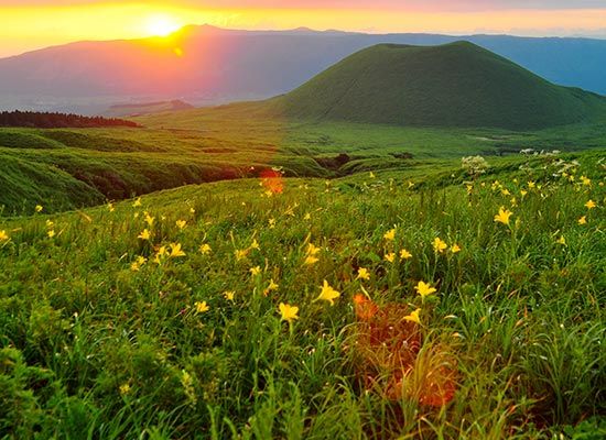 阿蘇市提供_阿蘇山米塚と夕陽(イメージ)