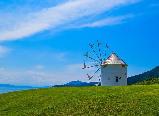 小豆島のオリーブ園の風車 (イメージ)