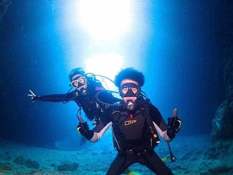 "<span class=""blue"">●体験ダイビング</span><br/><span class=""smallest"">ライセンスがなくても参加することができ、水中での浮遊感と魚との距離感が魅力</span><br/><span class=""red"">7,500円~</span>"